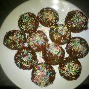 Cake pop glaçage chocolat et vermicelles colorées