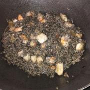 Arroz negro : riz à l'encre de seiche aux calamars et crevettes