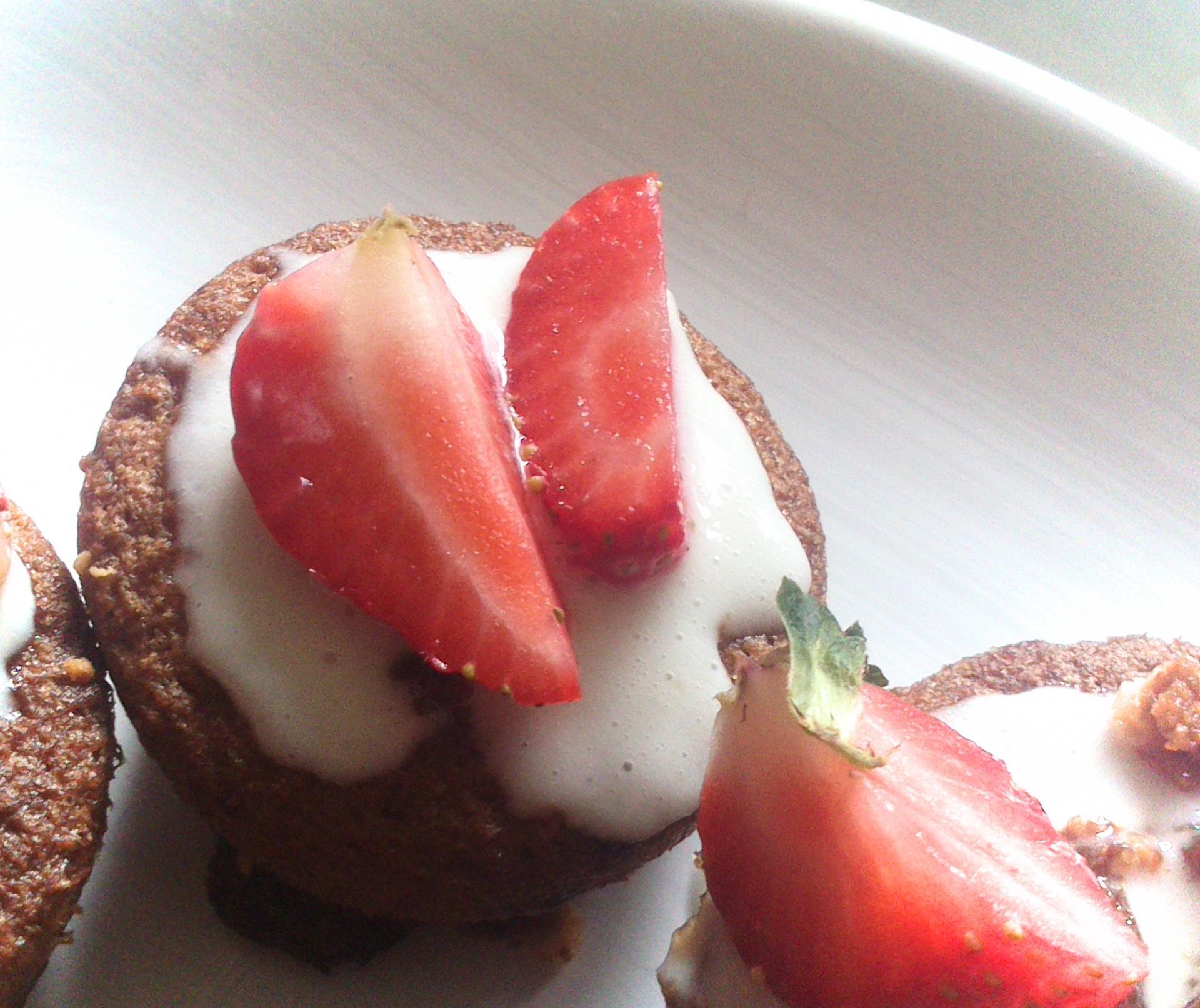 Petits gateaux chocolat blanc et fraisesi