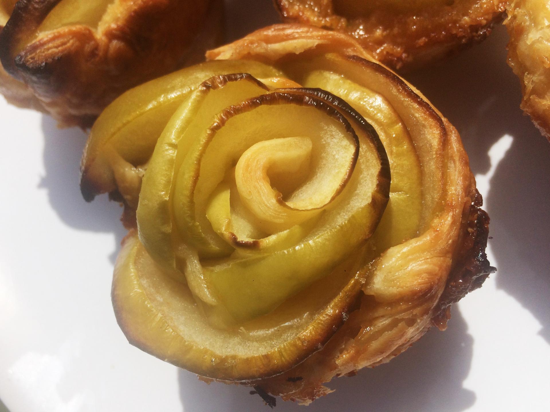 Roses feuilletées de pommes au caramel